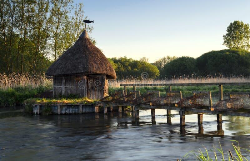 Trappole della capanna & dell'anguilla del pescatore Thatched immagini stock libere da diritti