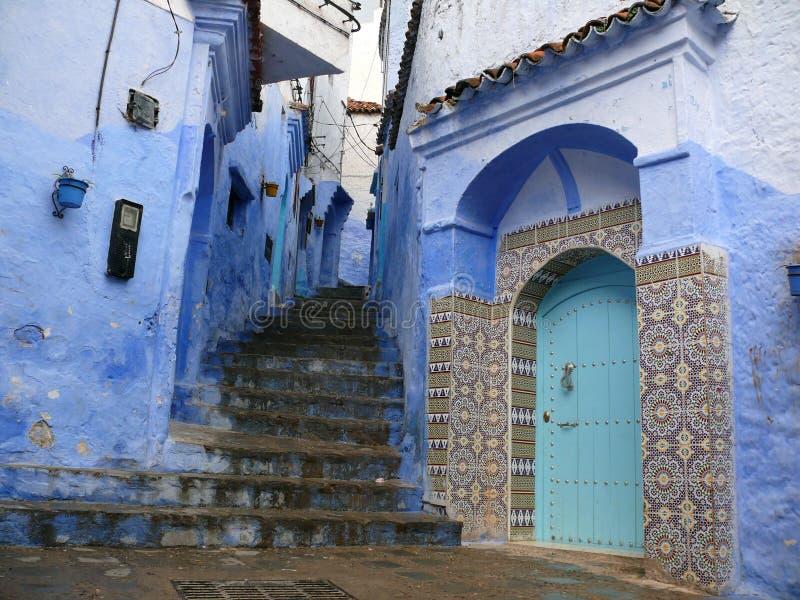 Trappor och gata i blått i Chefchaouen royaltyfri bild