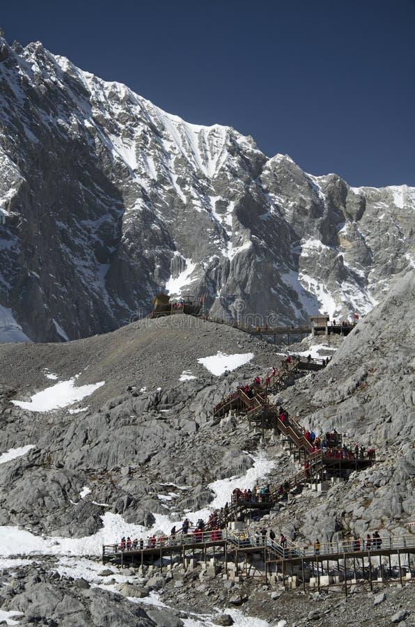 trappor på det Yulong berget royaltyfria bilder