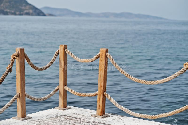 Trappräckeräcke på den marin- rep- och träTurkiet medelhavet royaltyfria foton