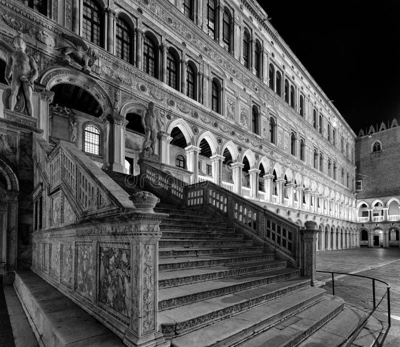 Trappuppgång i slotten för doge` s, Venedig arkivbilder