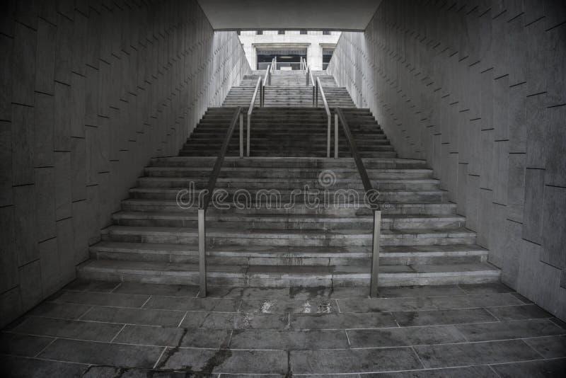Trappuppgång i underjordisk passage Löneförhöjning till överkanten Utgång arkivbilder