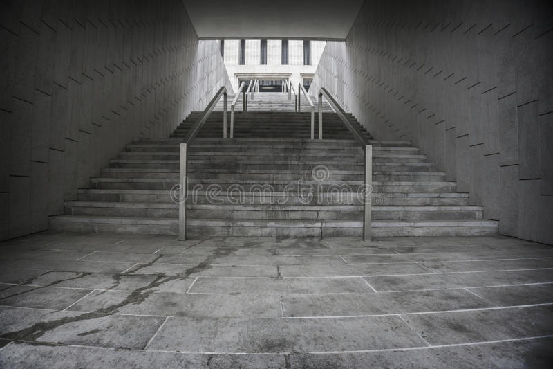 Trappuppgång i underjordisk passage Löneförhöjning till överkanten Utgång fotografering för bildbyråer