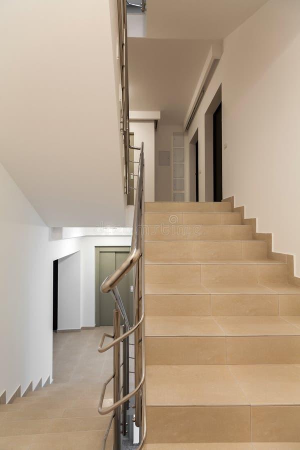 Trappuppgång med belagd med tegel trappa arkivfoton