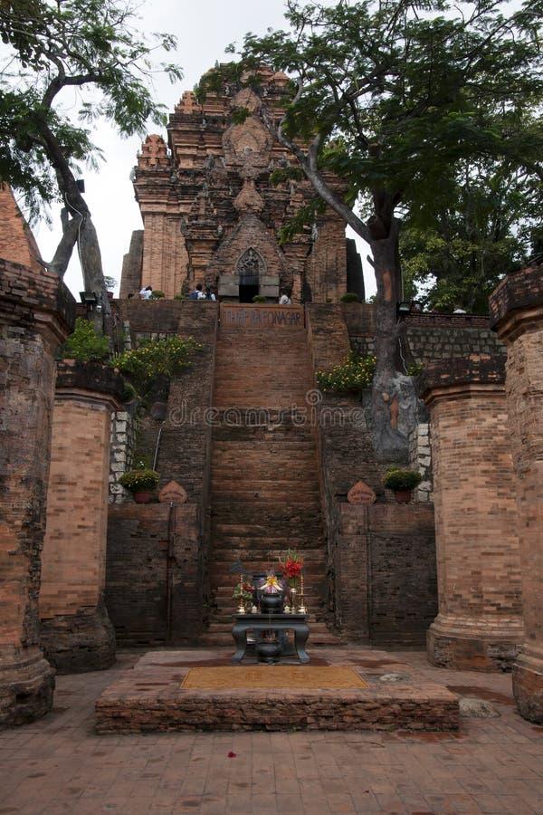 Trappuppgång på ingången av Po Nagar ett Chamtempelkomplex ÖVERSÄTTNINGSvietnames till det engelska tornet för Po Nagar, Nh arkivfoton