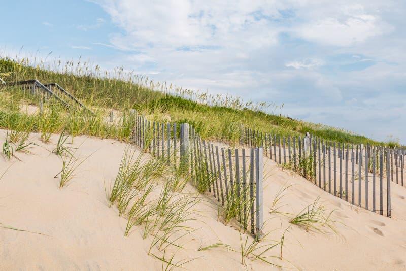 Trappuppgång som leder till stranden på hästkrakehuvudet, North Carolina arkivbilder