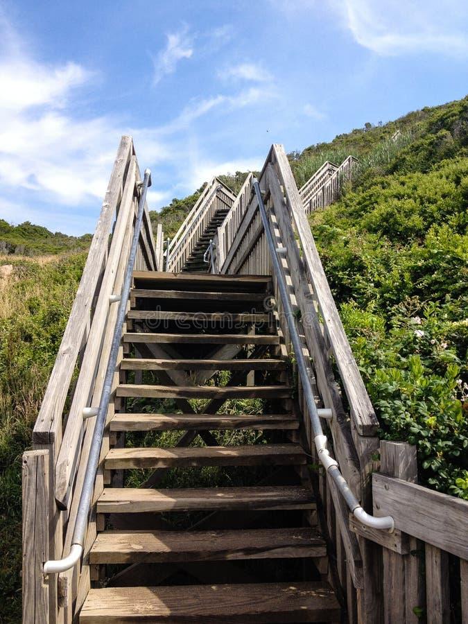 Trappuppgång som leder upp från stranden arkivfoton