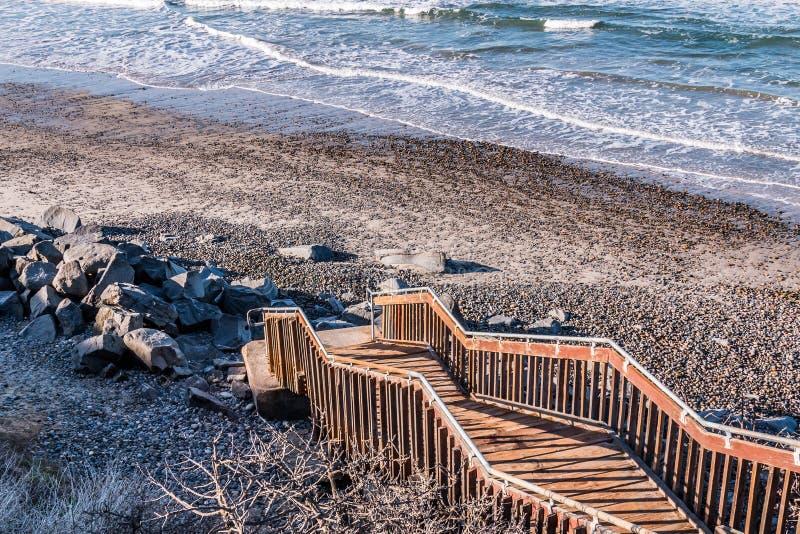 Trappuppgång som ner leder till dentäckte södra Carlsbad statliga stranden royaltyfri bild