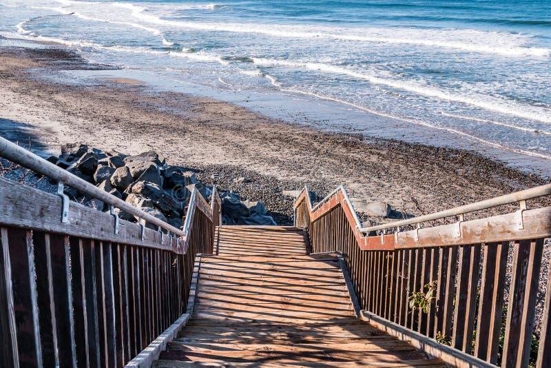Trappuppgång som ner leder till dentäckte södra Carlsbad statliga stranden royaltyfri fotografi