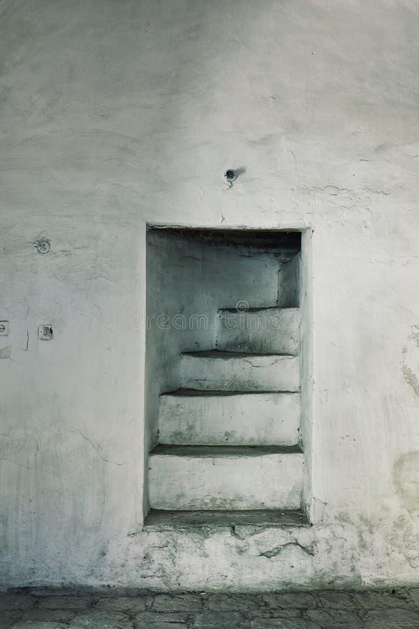Trappuppgång till forntida konstruktion för ingenstansrengöringdesign arkivfoto