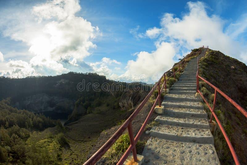 Trappuppgång till synvinkeln på den Kelimutu vulkan, Flores arkivfoto