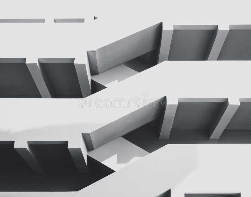 Trappuppgångarkitektur specificerar vit trappa som bygger yttersida arkivbilder
