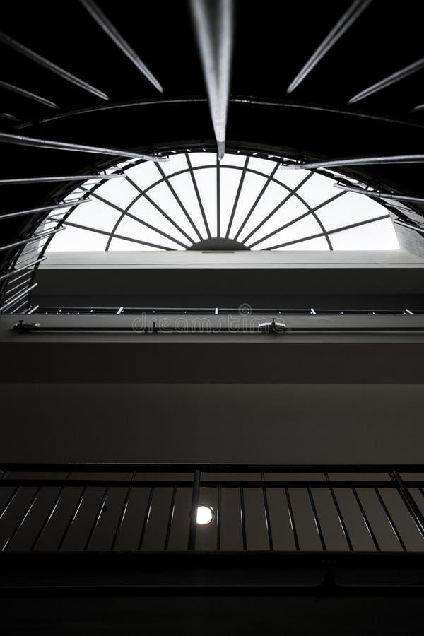 Trappuppgångsikt underifrån arkivbild