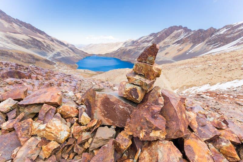 Trascini il lago delle montagne del segno del mucchio delle rocce dell'anatra del cairn, il viaggio Bolivia immagini stock