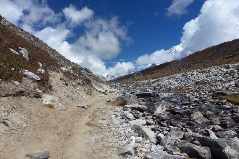 Trascini nella valle di Lobuche con le grandi nuvole e cielo blu, il viaggio del campo base di Everest, Nepal fotografie stock