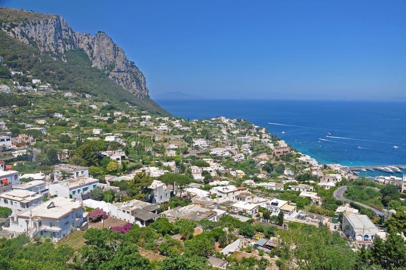 Trascuratezza la città di Capri e del porticciolo sul isla italiano immagini stock libere da diritti