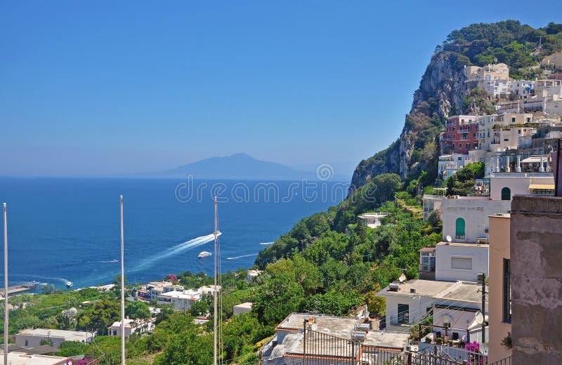 Trascuratezza la città di Capri e del porticciolo sul isla italiano fotografia stock