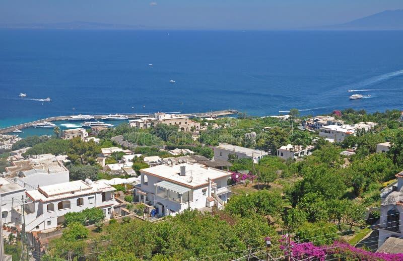 Trascuratezza la città di Capri e del porticciolo sul isla italiano immagine stock libera da diritti