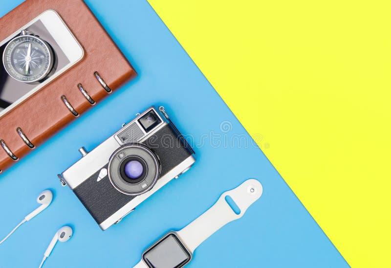 Trasduttore auricolare astuto dell'orologio della macchina fotografica sul rosa blu e giallo immagine stock libera da diritti