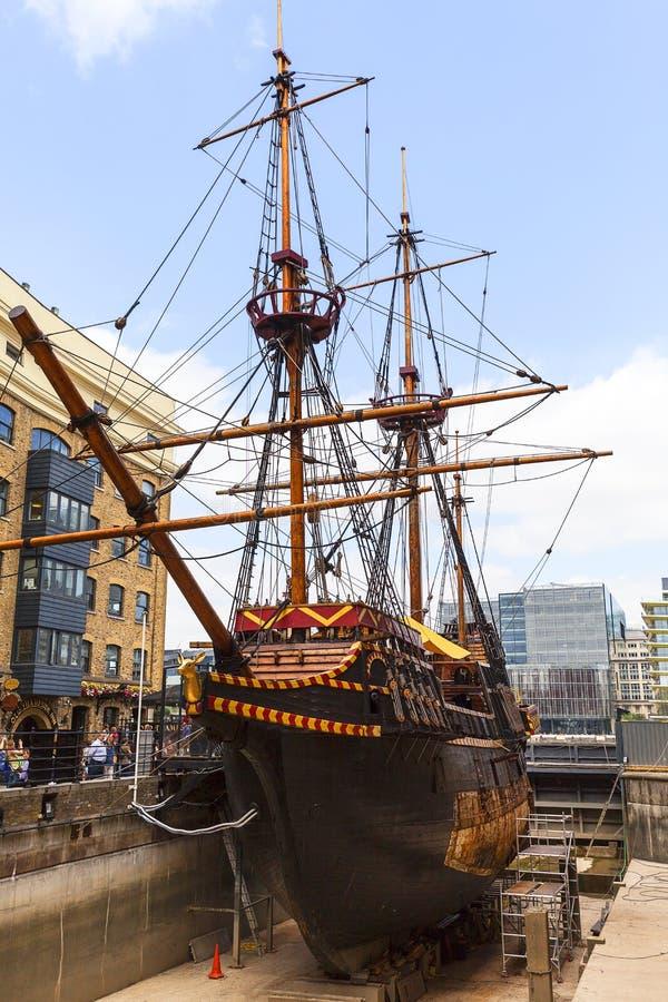 Traseiro dourado, réplica de um navio do século XVI na frente marítima de St Mary Overie, Londres, Reino Unido foto de stock royalty free