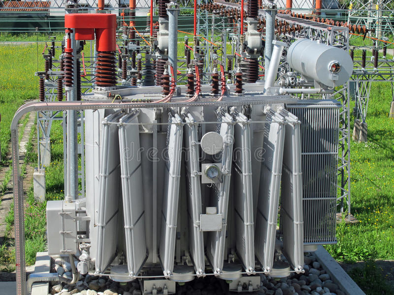 Trasformatore di tensione dentro di una centrale elettrica immagine stock