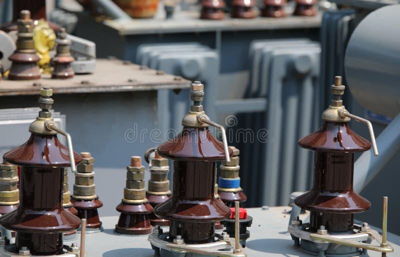 trasformatore elettrico ad alta tensione con i connettori per collegare t fotografie stock