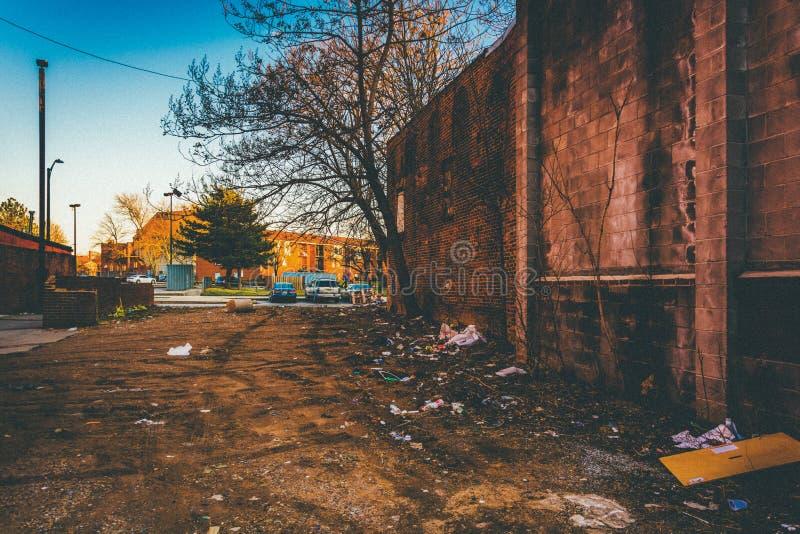 Trash e abandonou construções na alameda velha da cidade em Baltimore, março foto de stock