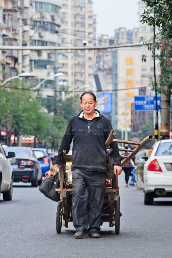 Trash il collettore sulla via, Dalian, Cina immagini stock