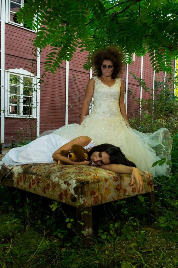 Download Trash la fille photo stock. Image du horreur, aliéné - 45353718