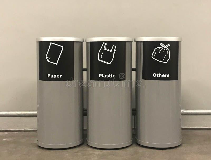 trashcan现代金属的圆筒或容器在公开区域或购物中心或者旅馆或者餐馆 图库摄影