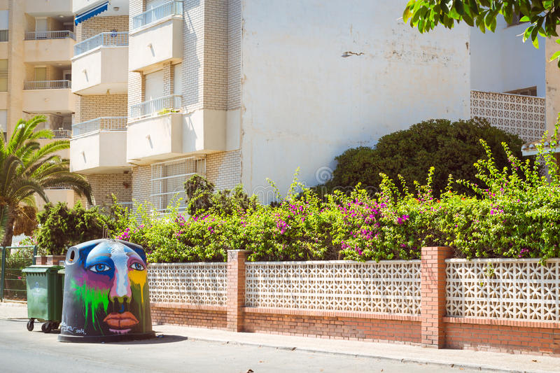 trashcan Arte-decorado na rua ensolarada, Torrevieja, Valência, Sp foto de stock