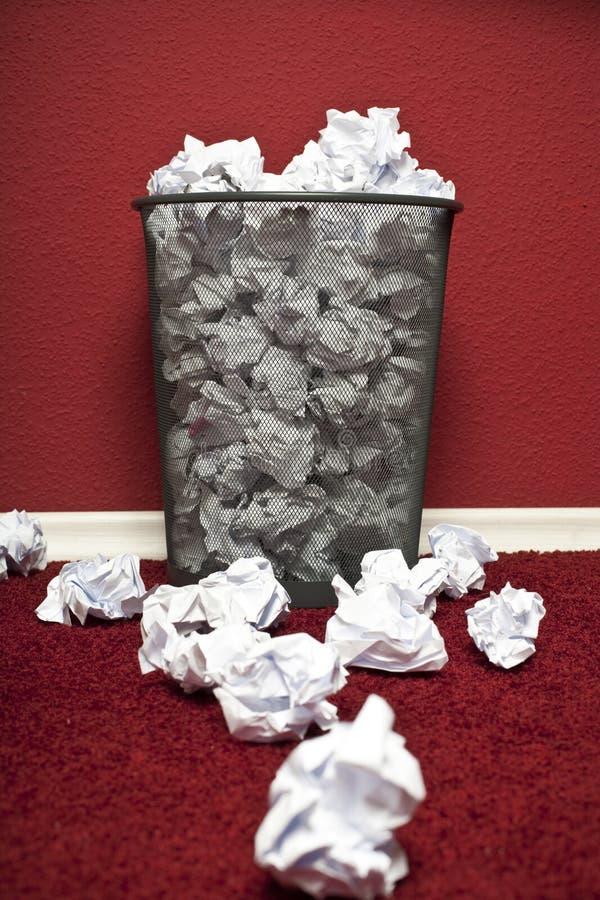 Trashcan llenó del papel rumpled imagen de archivo
