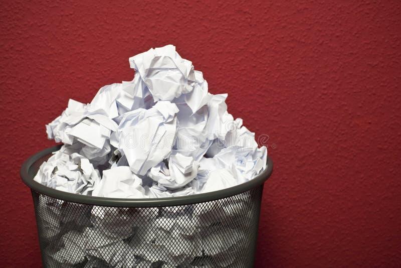 Trashcan llenó del papel rumpled foto de archivo