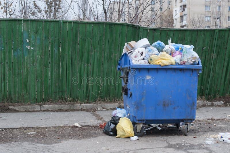 Trashcan plástico, con la basura fotografía de archivo libre de regalías