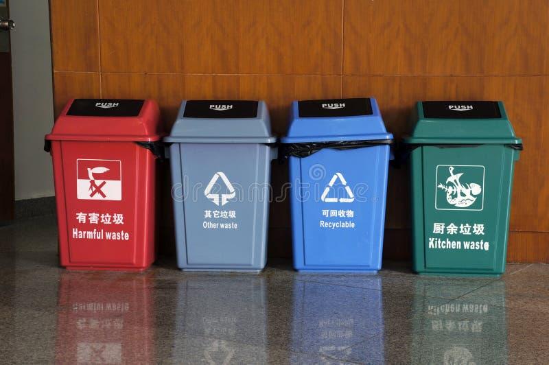 Trashes para a classificação do lixo fotografia de stock