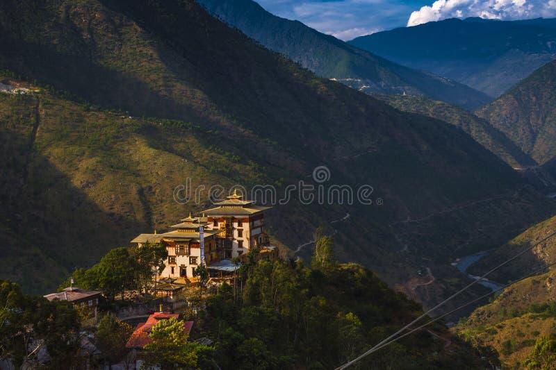 Trashigang Dzong, slotten i berg, östliga Bhutan royaltyfri bild