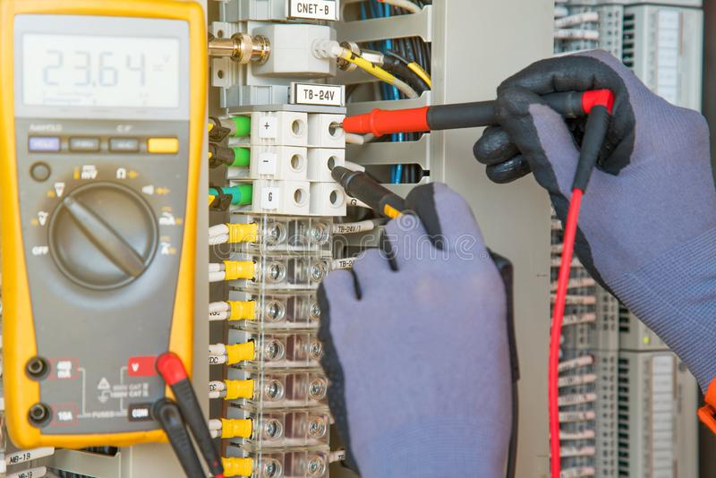 Trasmettitore dello strumento ed elettrico del sito di servizio di temperatura sulla piattaforma della testa di pozzo del gas e d immagine stock
