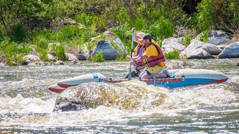 trasportare Due uomini stanno navigando su una barca gonfiabile di gomma teamwork Sport estremo Turismo ecologico dell'acqua immagine stock