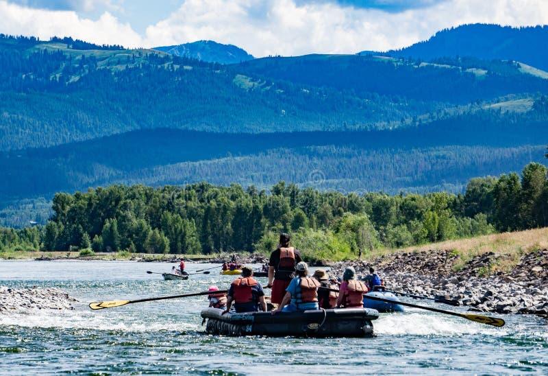 Trasportare il fiume Snake con una zattera in Jackson Hole, il Wyoming fotografia stock