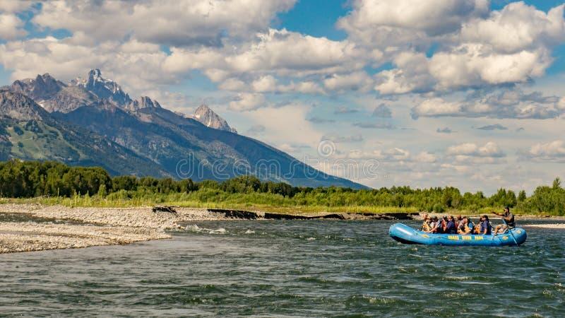 Trasportare il fiume Snake con una zattera nel Wyoming immagine stock libera da diritti