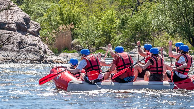 trasportare Il gruppo di persone con un bambino sta navigando su una barca gonfiabile di gomma teamwork estremo Turismo ecologico fotografie stock libere da diritti