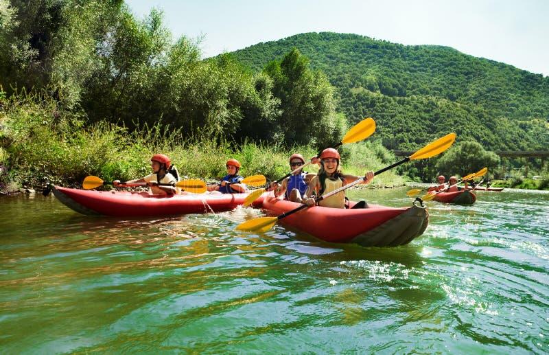 Trasportare le canoe con una zattera calme dell'acqua immagine stock