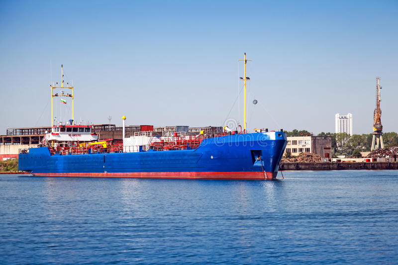Trasportatore blu del gas di GPL Nave da carico industriale fotografia stock