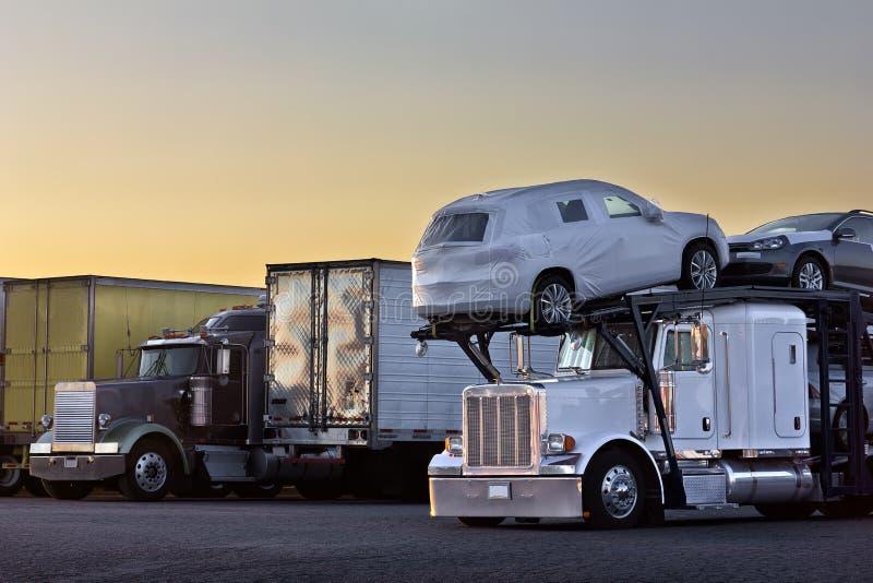 Trasportatore del camion di alba immagini stock