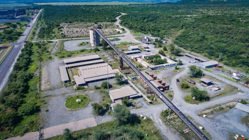Trasportatore ed impianto di lavorazione veduti da sopra un giorno soleggiato fotografie stock