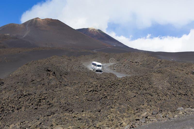 Trasporti che accesso di concessioni alla cima del vulcano di Etna fotografia stock