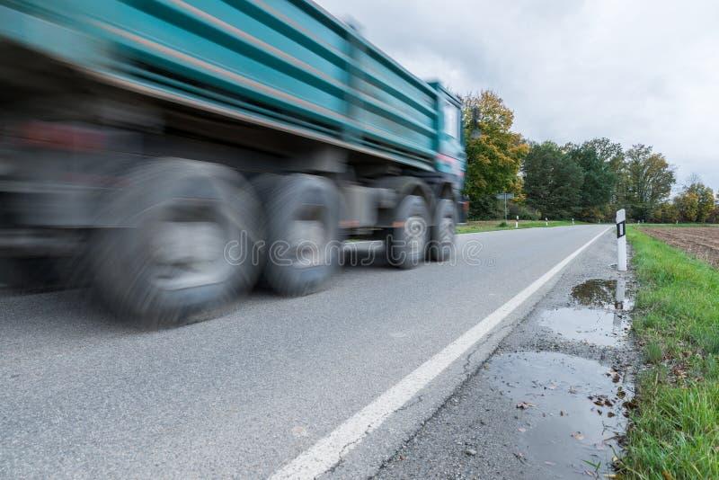 Trasporti il passaggio su autocarro vicino su un'autostrada nazionale, Germania fotografia stock