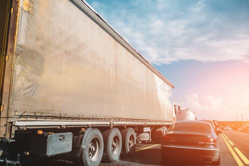 Trasporti il trasporto e le automobili su autocarro sulla strada o sulla strada principale al tramonto, concetto logistico di tra immagine stock libera da diritti