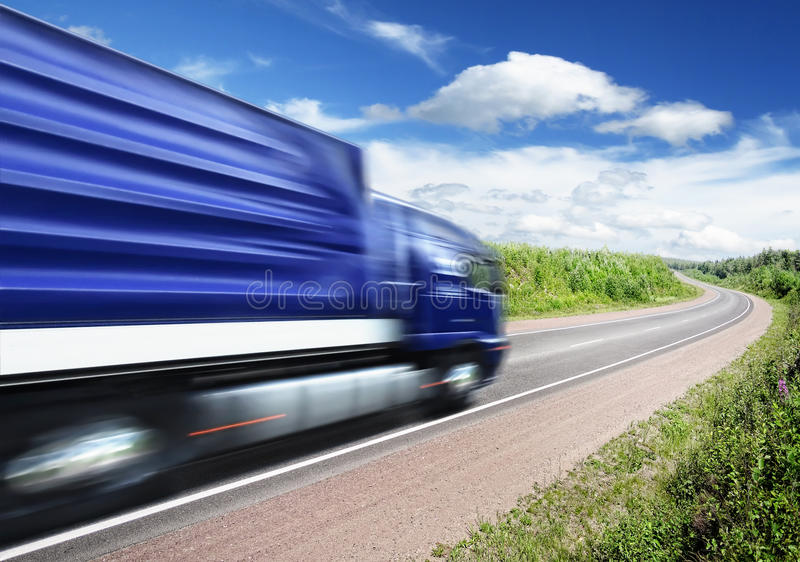 Trasporti l'accelerazione su autocarro sulla strada principale del paese, sfuocatura di movimento immagini stock