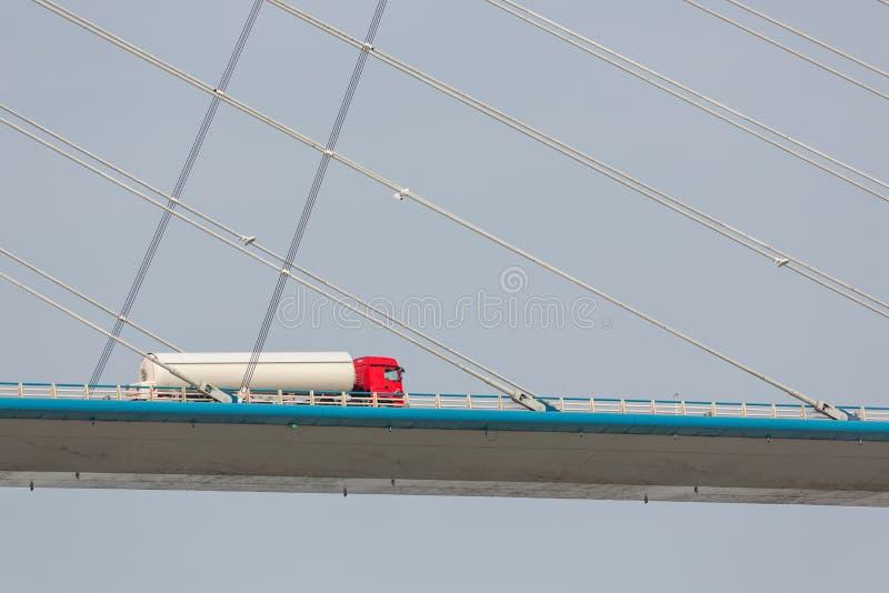 Trasporti l'azionamento su autocarro a Pont de Normandie sopra il fiume la Senna, Francia fotografia stock
